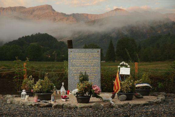 Una lápida rodeada de flores honra la memoria de las víctimas del avión de Germanwings estrellado en los Alpes franceses. (Foto: Getty)