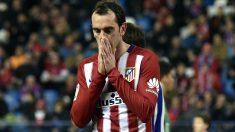 Godín se lamenta de una ocasión ante la Real Sociedad. (AFP)