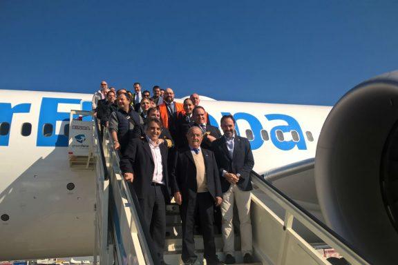 Juan José Hidalgo en la escalera de acceso al Boeing 787 Dreamliner (Foto: GLOBALIA).