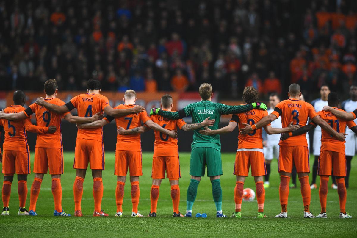 Los jugadores de Holanda, en el minuto de silencio. (AFP)