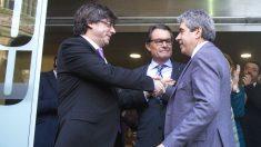 Francesc Homs (d), saluda al presidente catalán, Carles Puigdemont (i), y el ex presidente Artur Mas, tras declarar ante el TSJ de Cataluña por el 9N. (EFE)