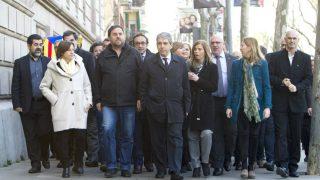 El exconseller de Presidencia y diputado de Democràcia i Llibertat (DiL), Francesc Homs (c), arropado por centenares de ciudadanos y miembros del Govern y dirigentes de ERC y CDC, a su llegada al Tribunal Superior de Justicia de Cataluña, donde ha declarado hoy de forma voluntaria por la consulta del 9N (Foto: Efe)