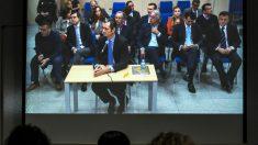 Iñaki Urdangarin visto desde la sala de prensa habilitada. (Foto: EFE)