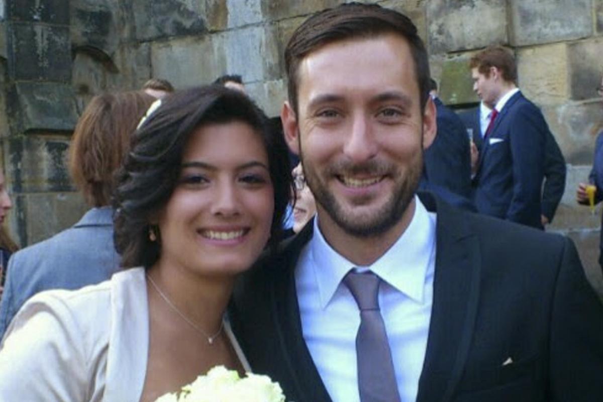 Jennifer García junto a su marido, Lars Waetzmann, que la acompañaba en la terminal. (Foto: Twitter)