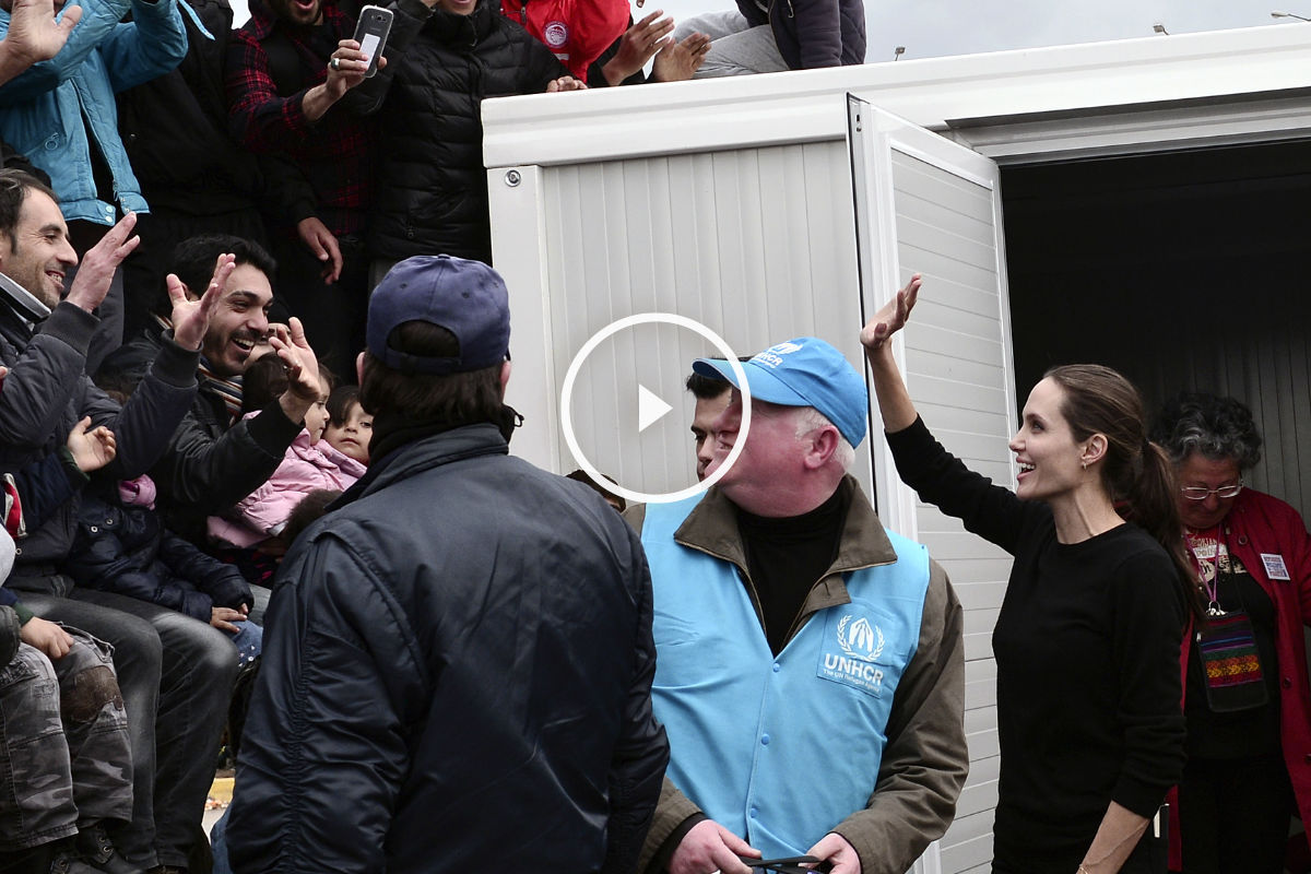 La actriz americana Angelina Jolie durante su visita a un campo de refugiados sirios en Grecia. (Afp)