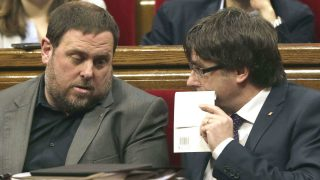 Oriol Junqueras y Carles Puigdemont, en el Parlamento catalán. (Foto: EFE)
