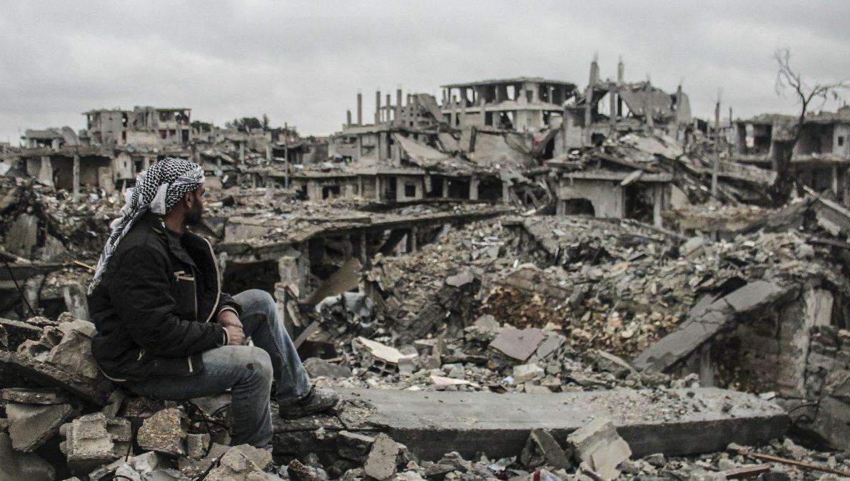 Un kurdo observa las ruinas de Kobane tras el asedio del ISIS. (Getty)