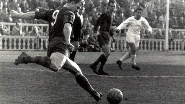 Kubala, en un partido con el Barcelona.