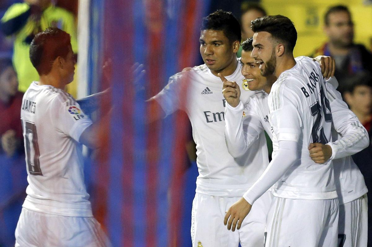 Los jugadores del Madrid celebran el primer gol de Cristiano. (EFE)