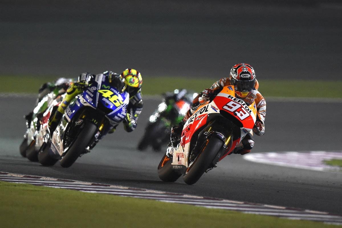 Marc Márquez y Valentino Rossi durante el GP de Qatar. (Getty)