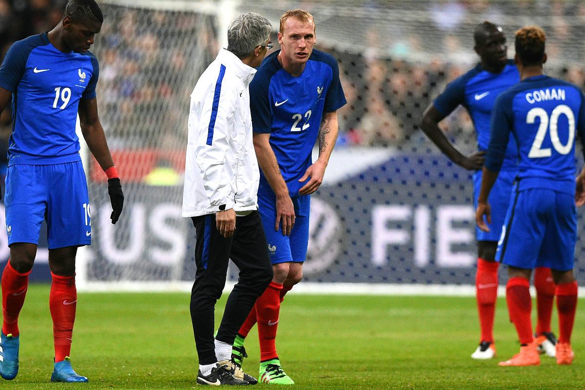 Mathieu se marcha lesionado durante el amistoso entre Francia y Rusia. (AFP)