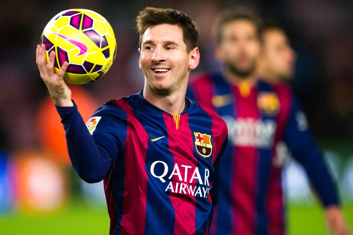Leo Messi se lleva el balón tras marcar un hat-trick con el Barcelona. (Getty)