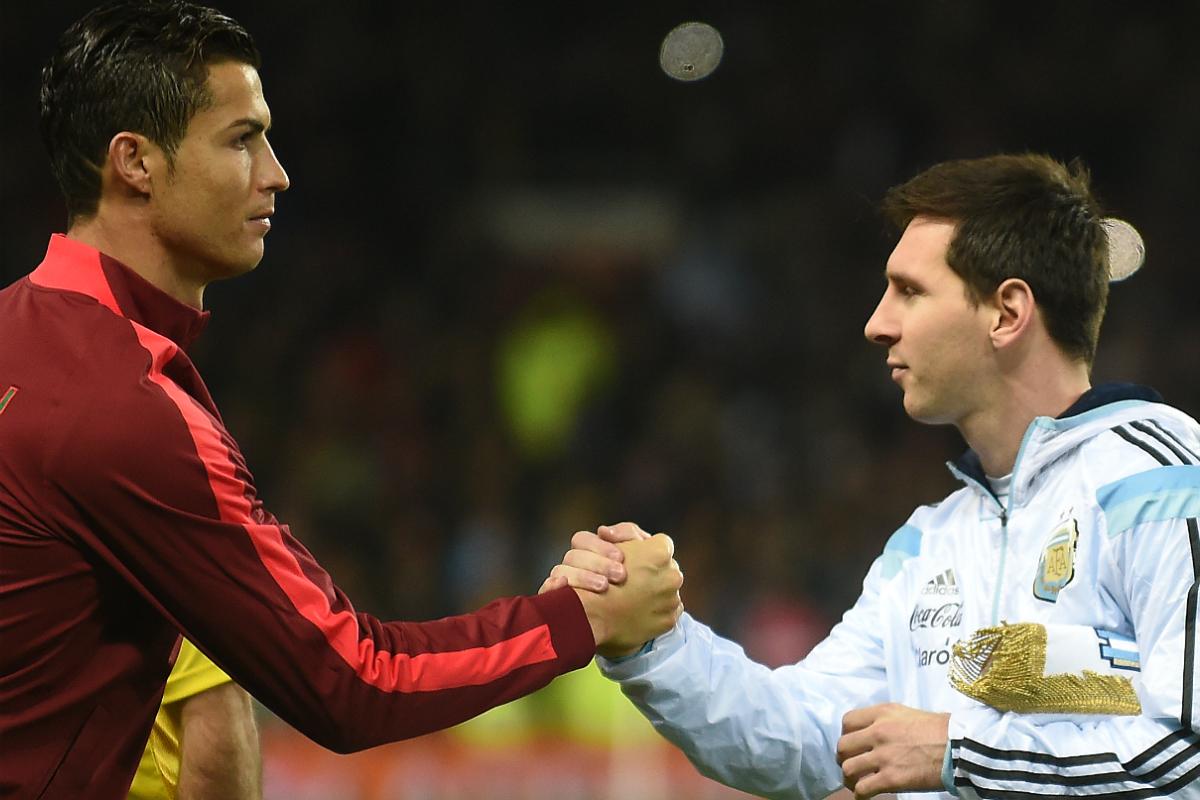 Messi y Cristiano se saludan durante un partido entre Portugal y Argentina. (AFP)
