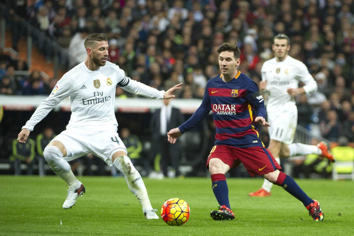Messi y Sergio Ramos pelean por un balón en el Clásico de esta temporada en el Bernabéu. (AFP)