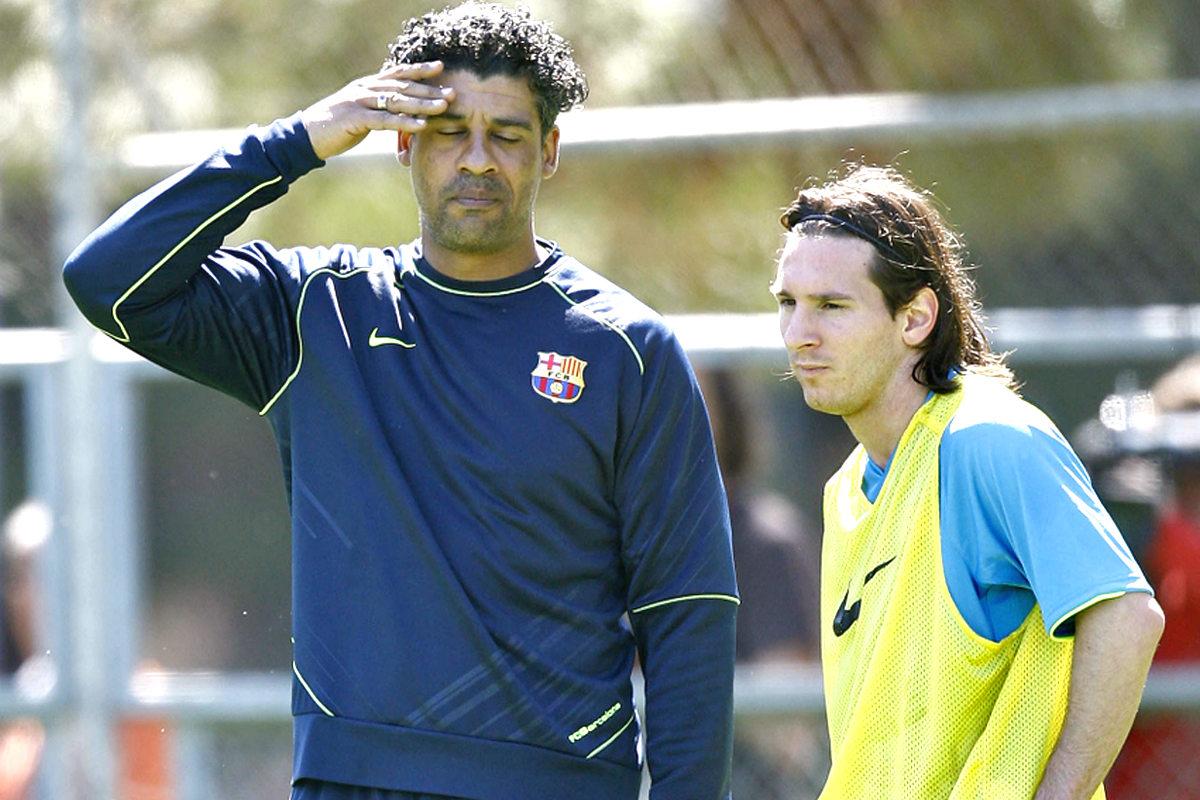 Messi y Rijkaard durante un entrenamiento con el Barcelona en 2008. (AFP)