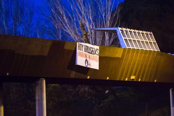 'Hoy Bruselas, ¿mañana Madrid?', reza el cartel colgado junto a la mezquita de la M30.