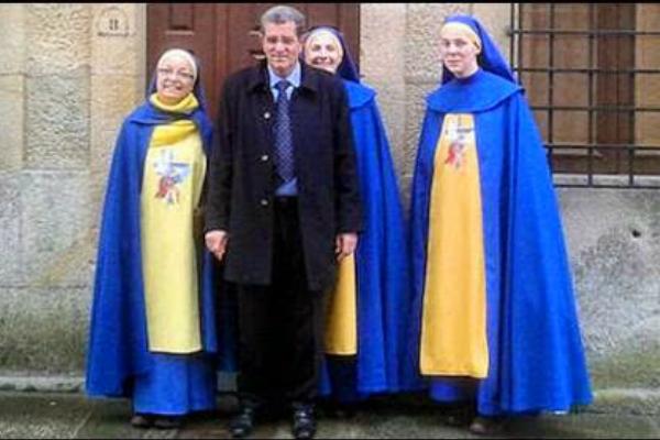 Miguel Rosendo, líder de la secta disfrazada de devoción católica, con 3 de las fieles que vestían como monjas sin serlo.