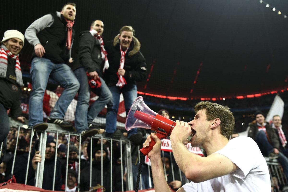 Müller celebra con los aficionados del Bayern la clasificación para cuartos. (AFP)