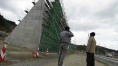 El muro en construcción tiene como misión reducir la fuerza de impacto de los posibles tsunamis que puedan amenazar la costa japonesa. (Foto: AP)