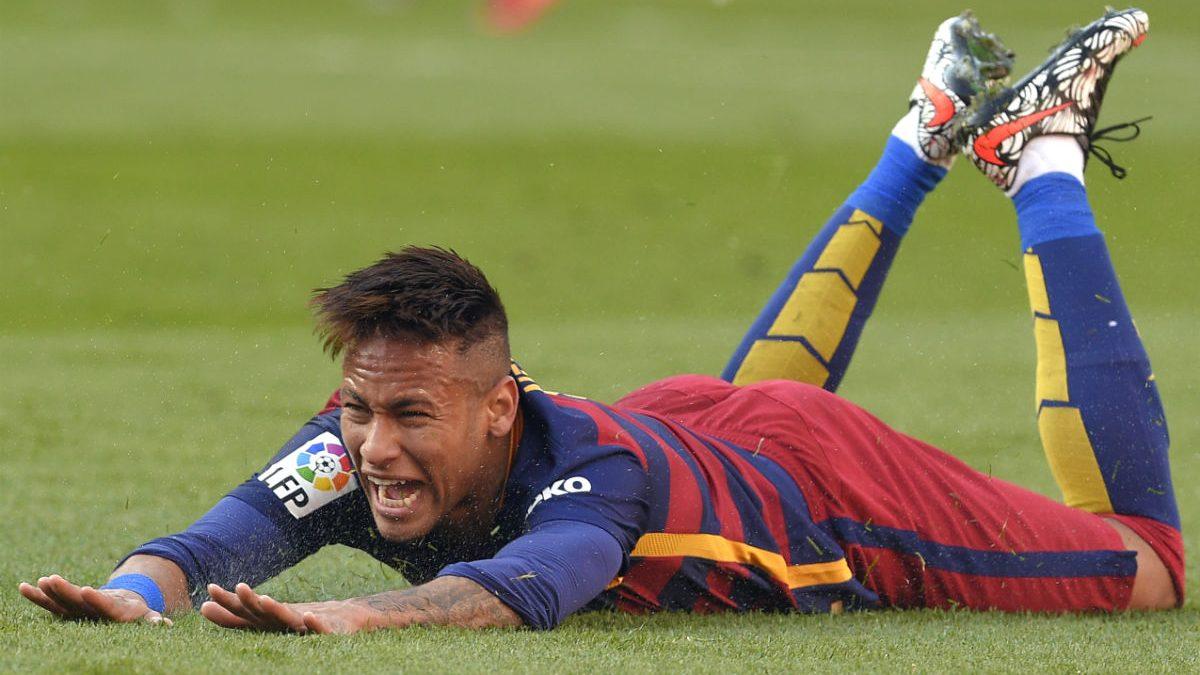Neymar llora tumbado en el suelo tras exagerar una caída. (AFP)