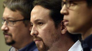 Pablo Iglesias entre Xavier Domènech e Iñigo Errejón en una reciente rueda de prensa en el Congreso de los Diputados. (Foto: AFP)