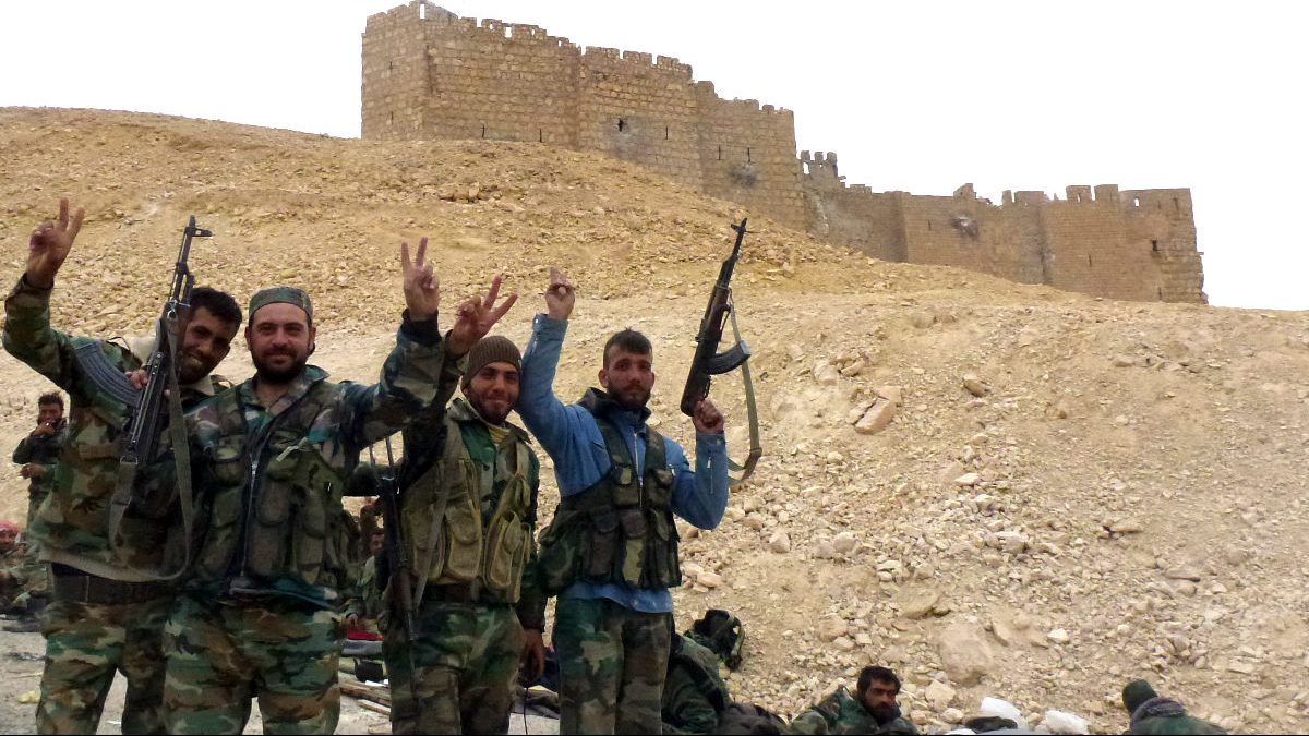 Soldados celebran la reconquista de la ciudad (Foto: AFP).
