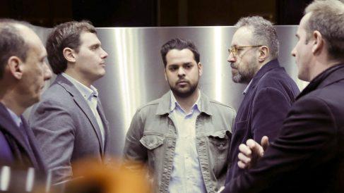 Albert Rivera, Fernando de Páramo y Juan Carlos Girauta en un ascensor del Congreso. (Foto: EFE)