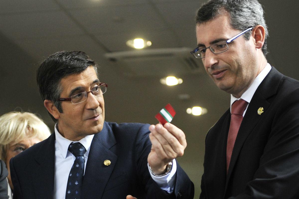 Markel Olano, junto a Patxi López. (AFP)