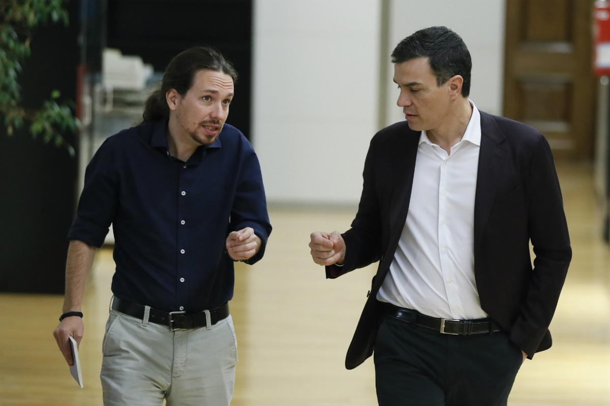 Pablo Iglesias y Pedro Sánchez, en el Congreso. (EFE)
