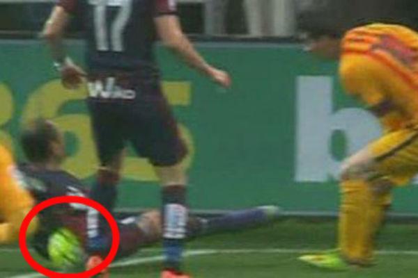 El balón golpeó en la axila de Ramis.