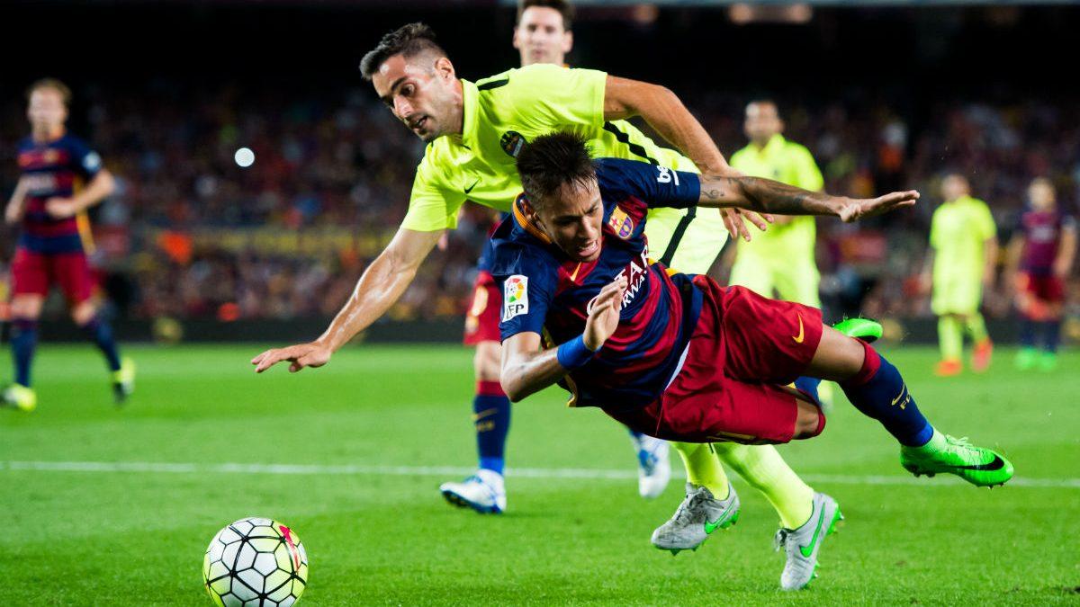 Neymar, en un penalti señalado al Barcelona esta temporada. (Getty)