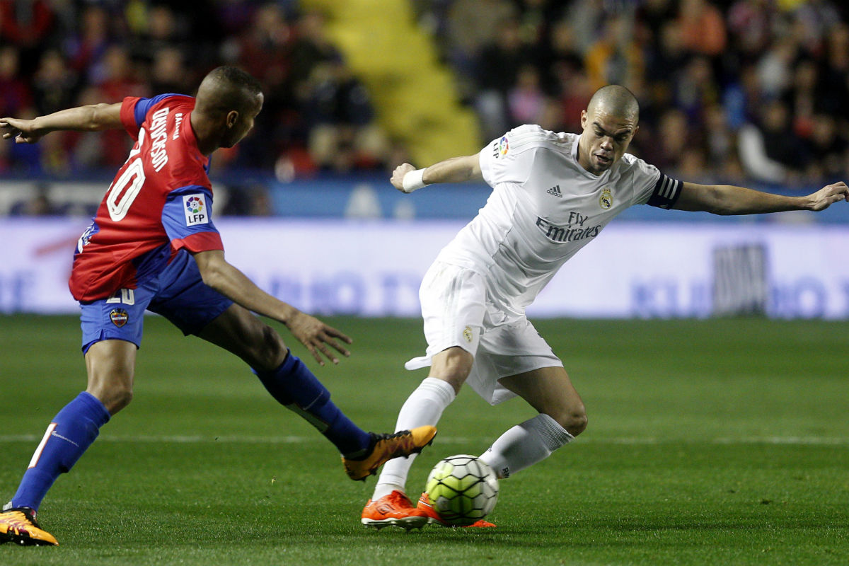Pepe, en una acción con Deyverson. (AFP)