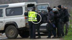 Policías macedonios proceden a arrestar a periodistas que cubrían la marcha de refugiados. (Reuters)