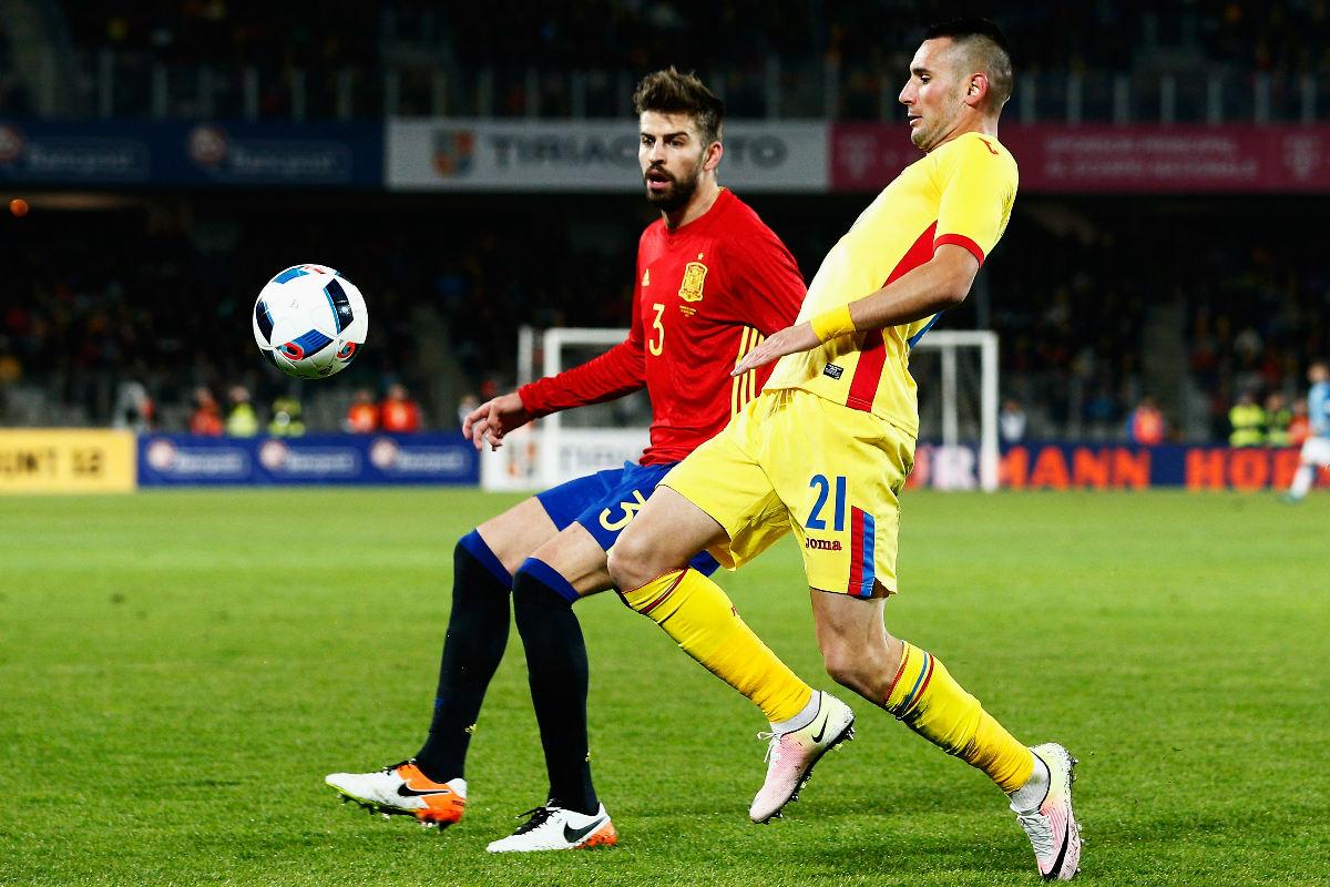 Piqué disputa un balón durante el encuentro en Rumanía. (Getty)