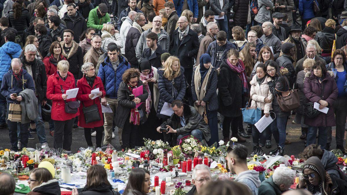 La Plaza de la Bolsa de Bruselas se ha convertido en el lugar para recordar a las víctimas. (Foto: AFP)