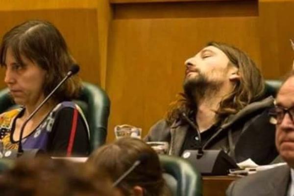 Pablo Híjar, durmiendo durante el pleno extraordinario del Ayuntamiento de Zaragoza. (La8TV)