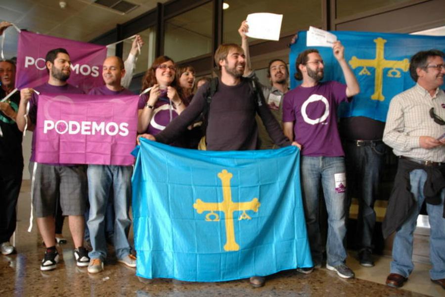 Miembros de Podemos en Asturias celebrando su tercer puesto entre las fuerzas mas votadas en las últimas elecciones.