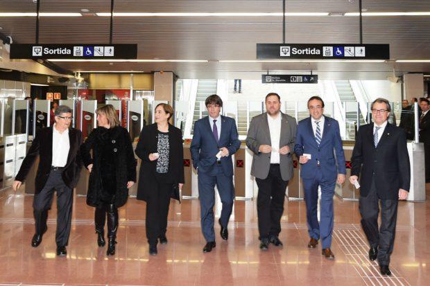 Ada Colau y otros políticos catalanes inaugurando una línea de Metro (Foto: AYUNTAMIENTO DE BARCELONA).