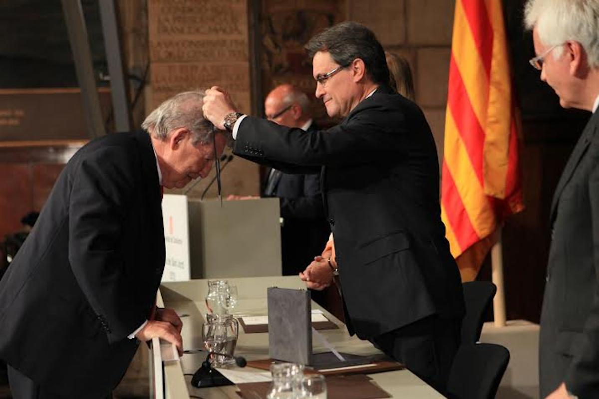 Josep Raimon Prous, recibiendo la Cruz de San Jorge.