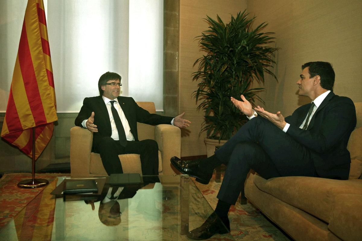 Carles Puigdemont y Pedro Sánchez,  en Barcelona. (EFE)