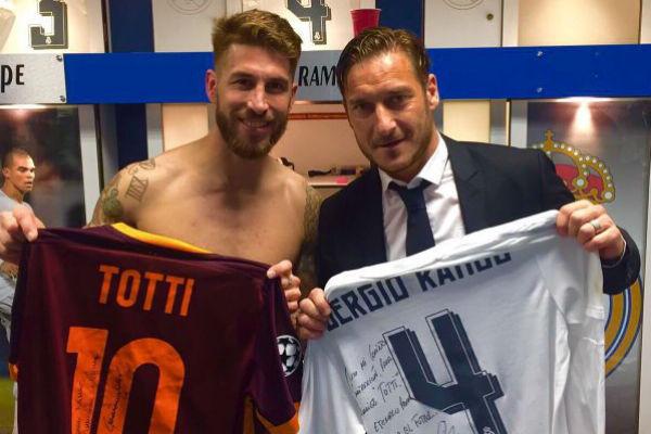 Totti y Sergio Ramos intercambiaron sus camisetas. (Twitter)