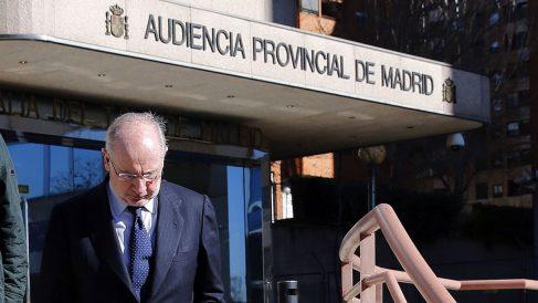 Rodrigo Rato abandona la Audiencia Provincial de Madrid tras declarar por el caso Urdangarin. (Foto: EFE)