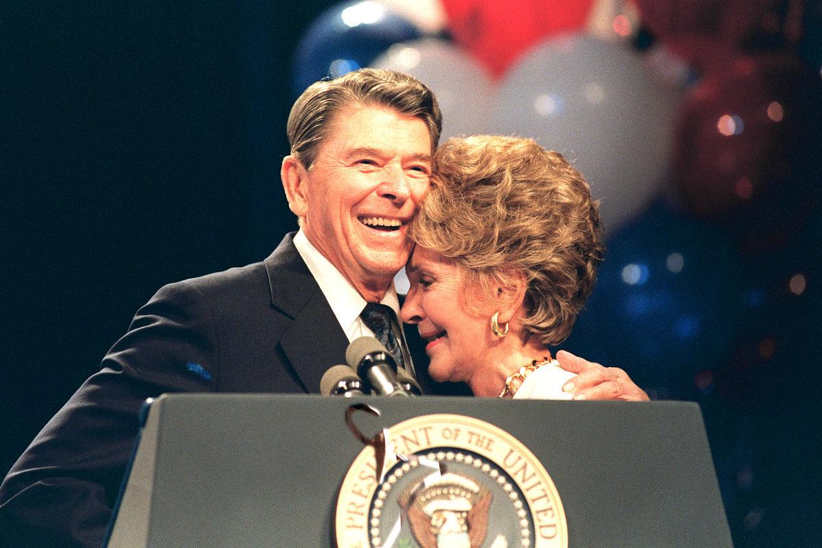 Nancy y Ronald Reagan en una imagen de 1988 (Foto: AFP).