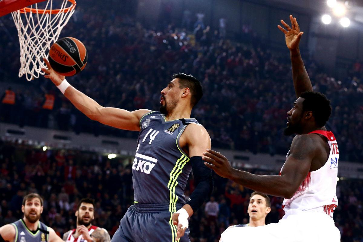 Ayón entra a canasta en el partido contra Olympiacos. (AFP)