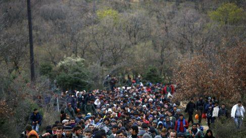 Cientos de refugiados buscan una ruta alternativa a Idomeni para pasar a Macedonia, este lunes. (Reuters)