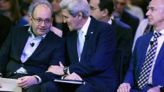Jason Rezaian bromea con John Kerry junto al dueño del 'Washington Post', Jeff Bezos. (Getty)