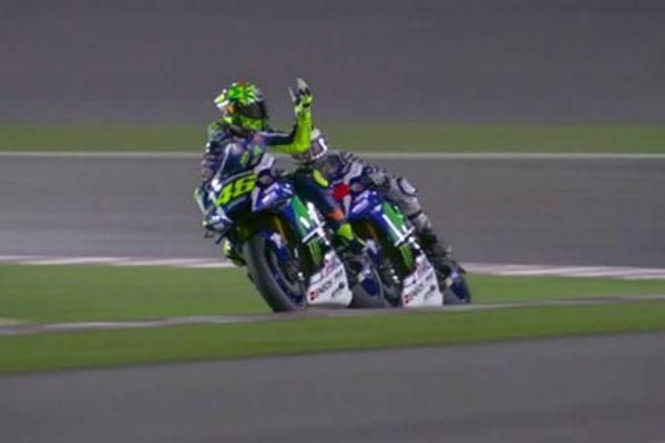 Rossi abroncó a Lorenzo en la pista.