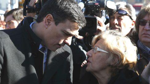 El secretario general del PSOE, Pedro Sánchez, y la alcaldesa de Madrid, Manuela Carmena. (Foto: Efe)