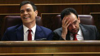 Pedro Sánchez y Antonio Hernando en la segunda sesión de investidura. (Foto:EFE)