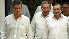 Santos, presidente de Colombia, el dictador cubano Raúl Castro y el terrorista Timochenko, líder de las FARC. (AFP)